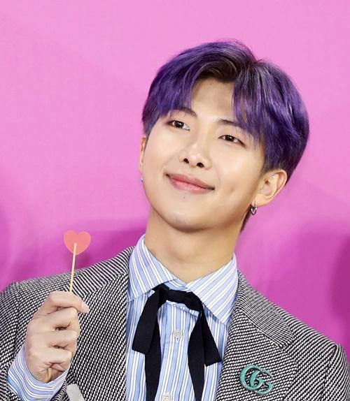 Bên cạnh V, trưởng nhóm RM cũng được lên top trend nhờ mái tóc tím bạc mới toanh.