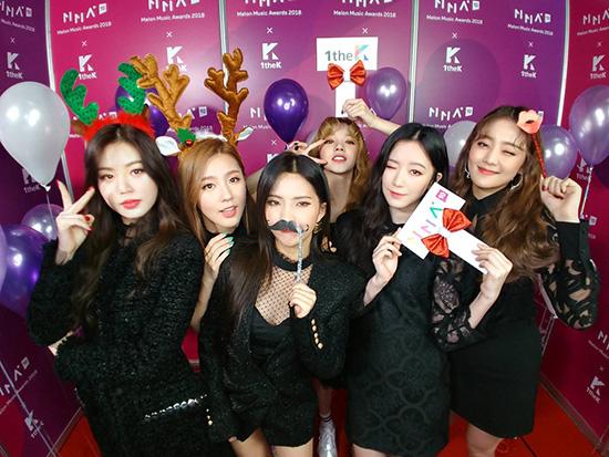 Các cô gái của (G)I-DLE đã có mặt ở thảm đỏ Melon Music Award với trang phục đen sang chảnh. Nhóm sẽ có màn trình diễn kéo dài 7 phút gồm phần solo của So Yeon (đứng giữa) và dance break.