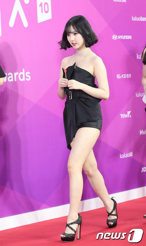 Eun Ha là thành viên lộ da thịt nhiều nhất. Kiểu váy bất đối xứng khiến nữ ca sĩ lộ cả quần bảo vệ.