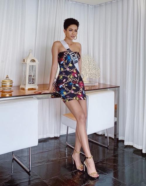 Nhờ sự chuẩn bị kỹ lưỡng suốt 6 tháng, HHen Niê nhanh chóng nhập cuộc ngay từ những hoạt động đầu tiên ở Miss Universe 2018. Để phục vụ cho cuộc thi lần này, người đẹp đặc biệt đầu tư khoản quần áo. Ở ngày thứ hai, đại diện Việt Nam chọn bộ đầm quây ôm sát để tôn lên vóc dáng gợi cảm.