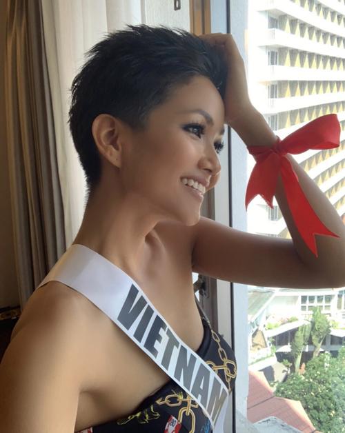 Kỷ niệm 30 năm ngày thế giới phòng chống AIDS 1/12 (World AIDS Day), hình ảnh hoa hậu HHen Niê cùng dải băng đỏ trên tay