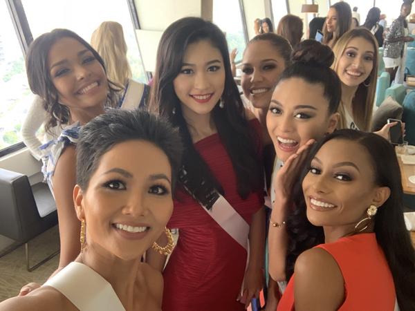 Đại diện Việt Nam thường xuyên chủ động rủ các thí sinh khác cùng selfie, khoe vẻ rạng rỡ.