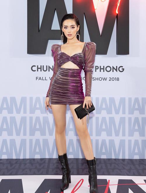 Trước Bích Phương, Khánh Linh là người đẹp đầu tiên diện mẫu váy này. Cả Bích Phương và Khánh Linh đều không quá cao nhưng sở hữu chỉ số hình thể chuẩn mực, dễ dàng chinh phục kiểu váy bó sát. Hai người đẹp còn cùng kết hợp với boots cao để tăng thêm độ quyền lực.