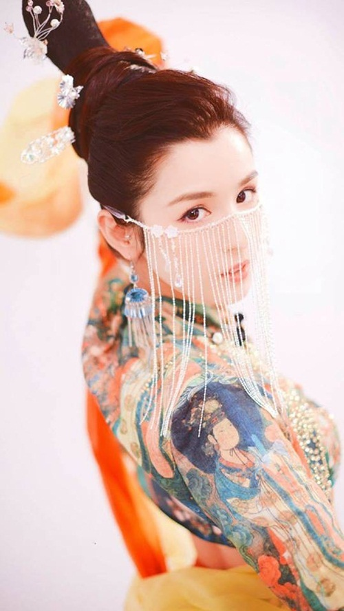 Sau khi tập đầu tiên của chương trình Quốc phong mỹ thiếu niên lên sóng iQiyi tối 1/12, khắp mạng xã hội Trung Quốc tràn ngập hình ảnh của cô gái Tân Cương tên Cáp Ni Khắc Tư.