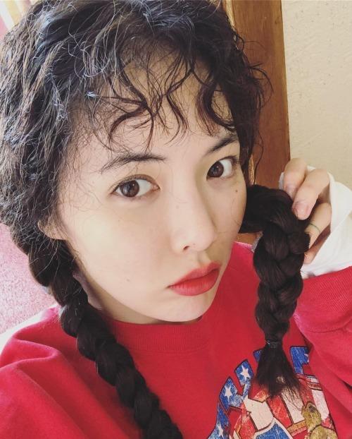 Ngoài ra, kiểu tóc xoăn xù mì tuy phá cách nhưng lại khiến nhiều fan cho rằng Hyun Ah trông già như... bà thím.