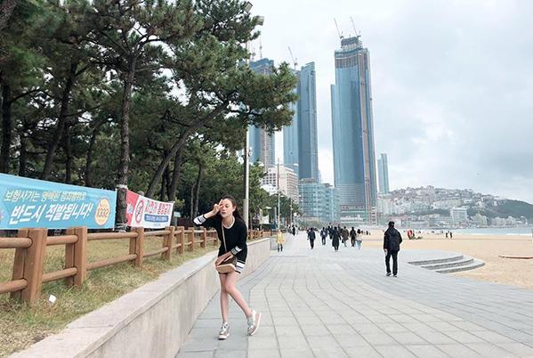 Phương Oanh nhí nhảnh trên đường phố Busan, Hàn Quốc.