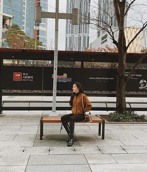 Huyền My một mình tạo dáng giữa Busan vắng bóng người.