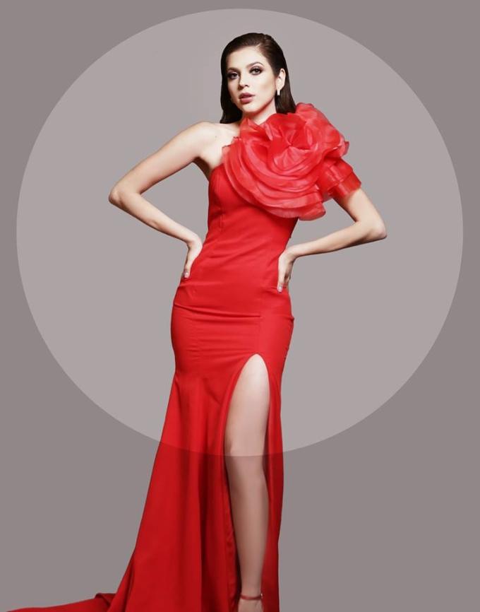 <p> Diana Romero - đại diện Mexico - diện đầm đỏ, gắn hoa hồng nổi bật. Người đẹp 25 tuổi, cao 1,74m, sở hữu số đo vàng cùng nhan sắc xinh đẹp, được kỳ vọng làm nên chuyện, mang vương miện về cho đất nước Bắc Mỹ.</p>