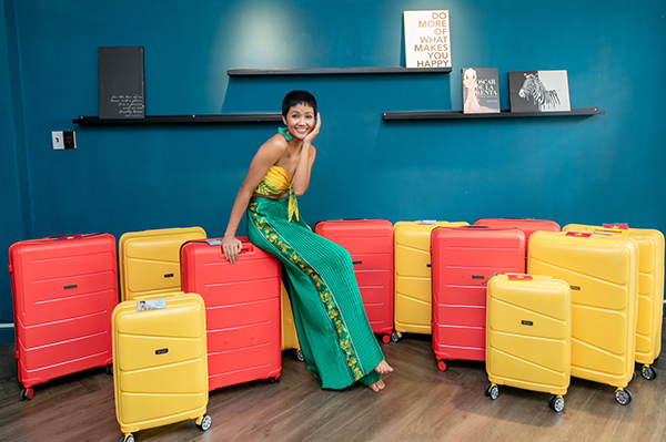 Với quá trình chuẩn bị suốt 6 tháng, HHen Niê là một trong những hoa hậu được đầu tư kỹ lưỡng nhất trước khi lên đường tham dự Miss Universe tại Thái Lan. Hành lý cô mang theo lần này là 12 chiếc vali lớn nhỏ với hai màu sắc rực rỡ đỏ - vàng. Không ít người tò mò những đồ đạc được người đẹp mang theo để phục vụ cho cuộc thi diễn ra trong 15 ngày.