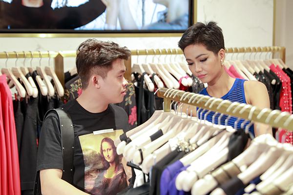Trong 12 vali đó, đa phần là quần áo, phụ kiện phục vụ cho từng hoạt động. HHen Niê và stylist Trần Đạt đã cùng nhau chọn được 90 bộ trang phục.