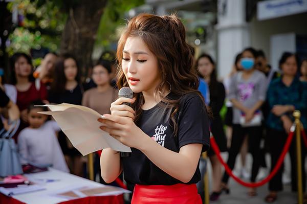 Nữ ca sĩ đã dành thời gian để đọc từng lá thư, chia sẻ cảm nhận của bản thân cũng như bày tỏ sự biết ơn về những tình cảm và sự tin tưởng của mọi người dành cho mình khi trút bầu tâm sự với những câu chuyện thầm kín, nỗi lòng khó nói bấy lâu nay&