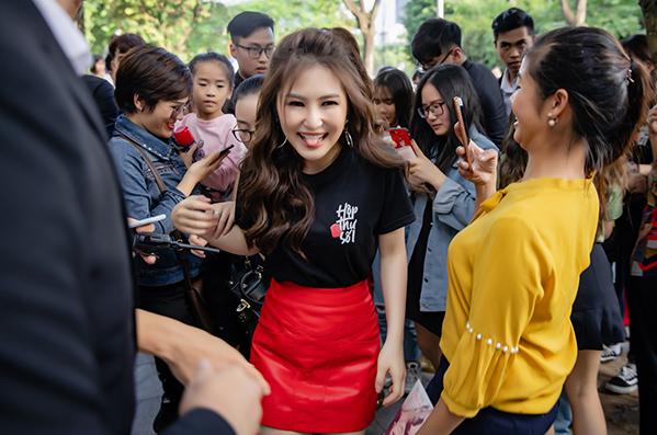 Buổi giao lưu kết thúc muộn hơn so với dự kiến. Sau khi tặng fan những chiếc đĩa CD kỷ niệm, Hương Tràm khá vất vả để rời đi trong vòng vây người hâm mộ.
