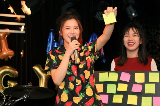 <p> Hoàng Yến Chibi tham gia những game vui nhộn cùng fan.</p>