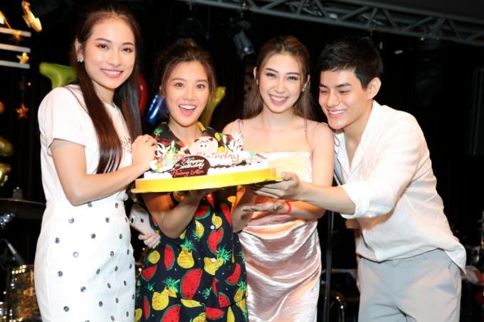 """<p> Ngọc Duyên (ngoài cùng bên trái) thổi nến mừng sinh nhật với giọng ca """"Nụ hôn đánh rơi"""".</p>"""