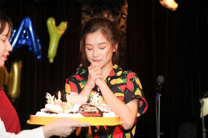 <p> Cô được chuẩn bị bánh kem để thổi nến mừng tuổi mới.</p>