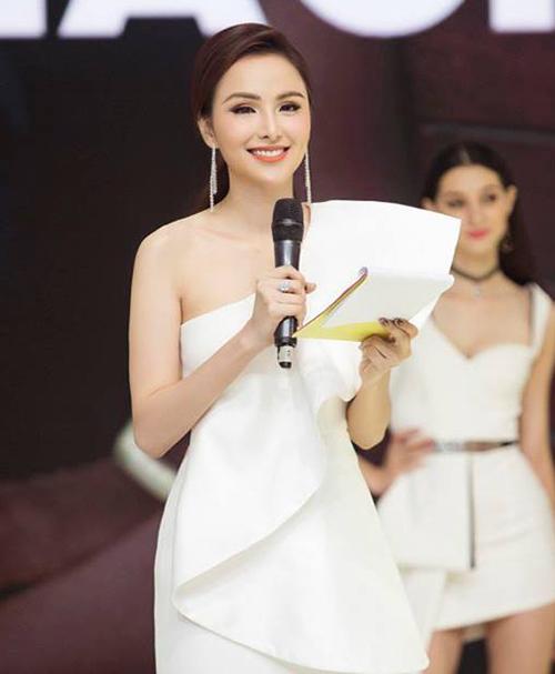 Diễm Hương từng tuyên bố sẽ không bao giờ phẫu thuật thẩm mỹ cho đến khi cô tái xuất với gương mặt lạ lẫm gần đây. Nhiều người cho rằng Hoa hậu đã thực hiện nâng mũi.