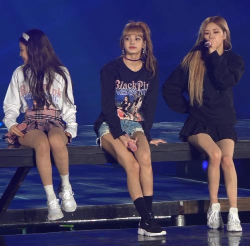 Nhiều bức ảnh cho thấy Lisa mới là người có đôi chân nuột nà nhất Black Pink. Ngồi cạnh Lisa, Jennie trông như học sinh cấp 2 với tỷ lệ body thấp bé.