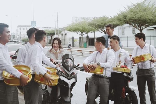 Cô dâu sau đó còn được hộ tống bằng dàn mô tô cực ngầu. Họ cho biết đều có sở thích vơi bộ môn tốc độ.