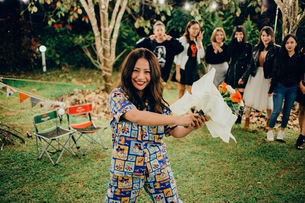 Chồng tương lai của MiA tên là Triệu Vương, là bạn chung của nhóm nhạc 365. Anh chàng đã kỳ công chuẩn bị một không gian có hoa, nến, ánh đèn, sân vườn để trao nhẫn cho bạn gái.