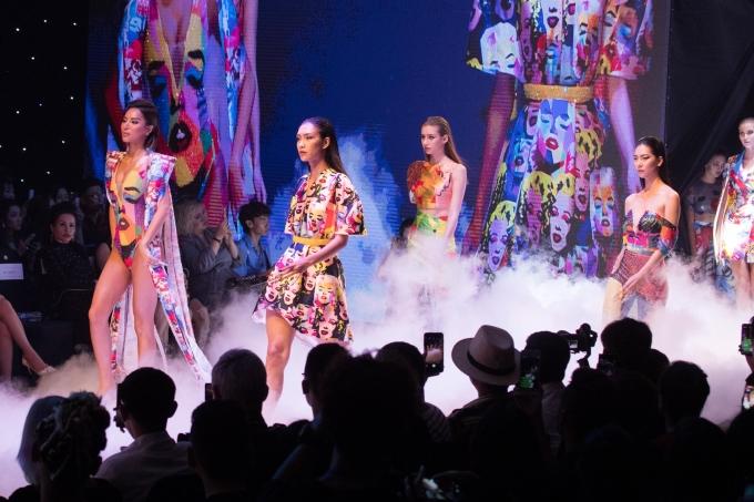<p> Ivan Trần mất 3 tháng để lên ý tưởng và hoàn thành các thiết kế để giao thoa với nghệ thuật trang trí móng. Trong 35 bộ trang phục, có 10 bộ được xây dựng, xử lý và cắt may theo Haute Couture. 25 bộ còn lại được định hướng theo dòng sản phẩm Ready-to-wear.</p>