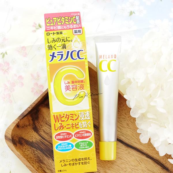 CC Melano là một trong những sản phẩm giá bình dân được ưa chuộng nhất Nhật Bản nhiều năm gần đây, với công dụng được nhiều cô gái và cả beauty blogger khen ngợi là khá thần thánh. Với chiết xuất chính từ vitamin C, CC Melano có khả năng giảm sưng viêm vùng mụn, trị thâm, làm đều màu da đáng kể.