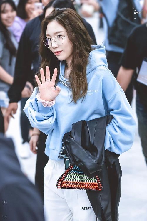 Kiểu tóc mới của Tae Yeon cũng nhận được nhiều lời khen về sự nữ tính. Các fan cho rằng Tae Yeon hợp với kiểu để mái dài truyền thống hơn là kiểu tóc mái xoăn như bà thím trước đây.