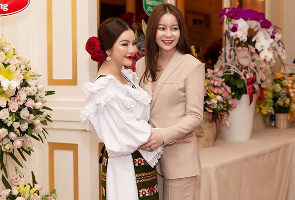 Nhiều người bạn nghệ sĩ đến góp mặt trong chương trình, chung vui cùng Lý Nhã Kỳ. Trong ảnh là Hoa hậu Hải Dương.