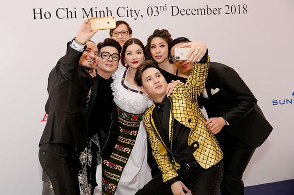 Lý Nhã Kỳ vui vẻ selfie cùng bạn bè tại sự kiện.