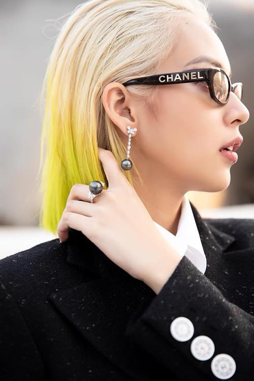 Phí Phương Anh gây ấn tượng khi tẩy tóc bạch kim, phần chân tóc nhuộm ombre ngả vàng độc đáo.