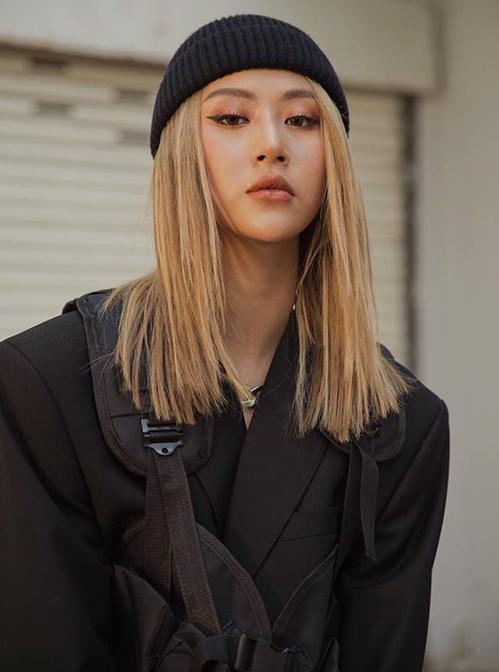 Theo phong cách của các cô gái phương Tây, Quỳnh Anh Shyn liên tục thử những màu tóc mới lạ. Hiện tại cô nàng để tóc màu vàng hoe đậm chất Âu Mỹ, thích hợp với lối trang điểm sắc sảo.