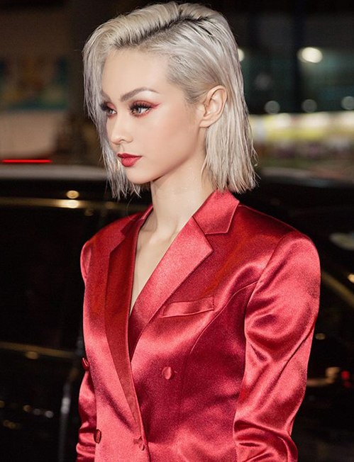 Tóc bạch kim sau một thời gian bị thất sủng đang dần lấy lại vị thế, chứng minh là kiểu tóc sành điệu bậc nhất. MLee trông càng thêm cá tính và mạnh mẽ khi cắt đầu vuông, tẩy tóc trắng.