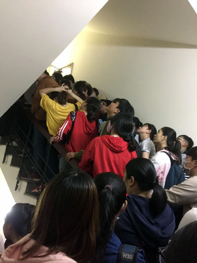 Sinh viên xếp hàng chật cứng trên cầu thang của trung tâm. Ảnh: FB Nguyen Duc.