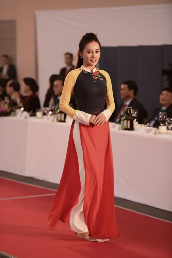 <p> Sau bộ phim <em>Quỳnh Búp bê</em>, Phương Oanh là cái tên được công chúng yêu mến. Xuất phát là người mẫu, cô có dịp trở lại với sàn diễn sau một thời gian dài vắng bóng.</p>