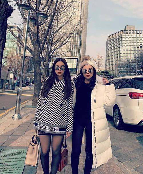Hai chị em Huyền Baby ngầu hết cỡ trên đường phố Seoul.
