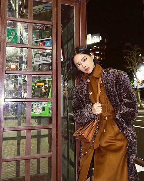 Thời tiết Tokyo lạnh đến độ Khánh Linh mặc hai lớp áo lông, áo dạ vẫn rét.