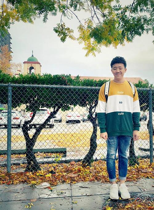 Trấn Thành trông đáng yêu như một cậu nhóc khi đeo ba lô, đi giày thể thao.