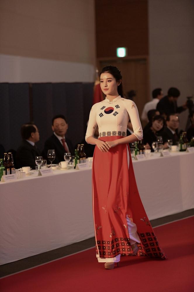 <p> Á hậu Huyền My duyên dáng trong tà áo dài in hình quốc kỳ Hàn Quốc.</p>