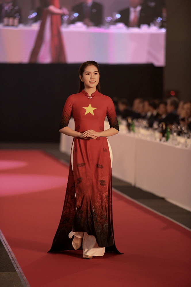 <p> Top 10 Hoa hậu Việt Nam - Thùy Dương - diện áo dài in quốc kỳ Việt Nam.</p>