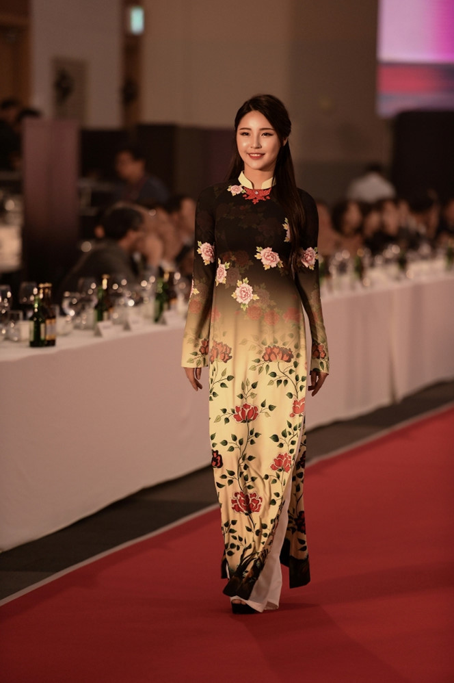 <p> Bộ sưu tập lấy ý tưởng từ những hoa văn, họa tiết truyền thống của Hàn Quốc để đưa vào áo dài Việt.</p>