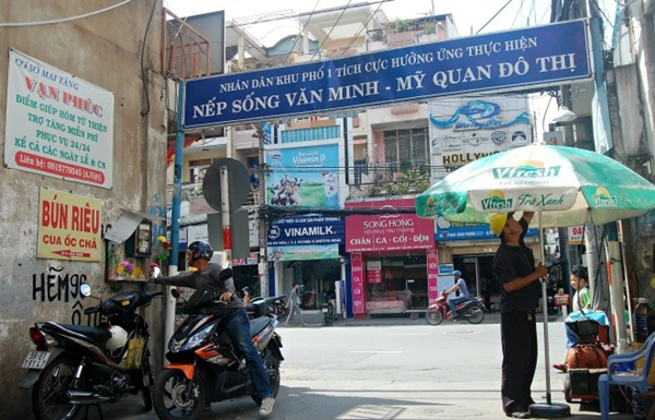 Con hẻm cái gì cũng miễn phí: Từ lâu, con hẻm 96 trên đường Phan Đình Phùng, quận Phú Nhuận trở nên thân quen với khách vãng lai bởi hàng loạt dịch vụ miễn phí. Người dân tại đây trang bị tủ thuốc để giúp những người đi đường chẳng may bị tai nạn, ngất xỉu hay đau bụng. Ngoài tủ thuốc, đầu con hẻm còn đặt thêm bình nước trà đá miễn phí, là điểm dừng chân của những người mưu sinh trên đường phố trong những trưa nắng đổ lửa.