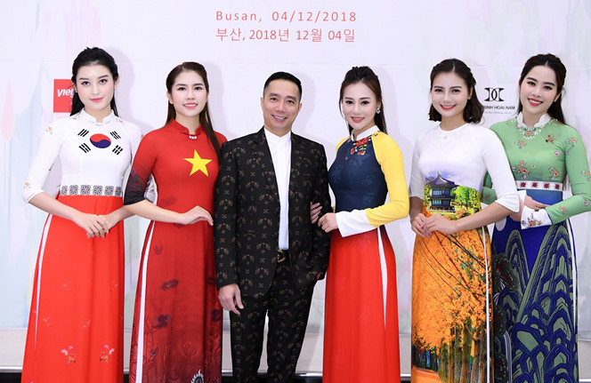 <p> NTK Đỗ Trịnh Hoài Nam cùng dàn người mẫu tham dự sự kiện.</p>