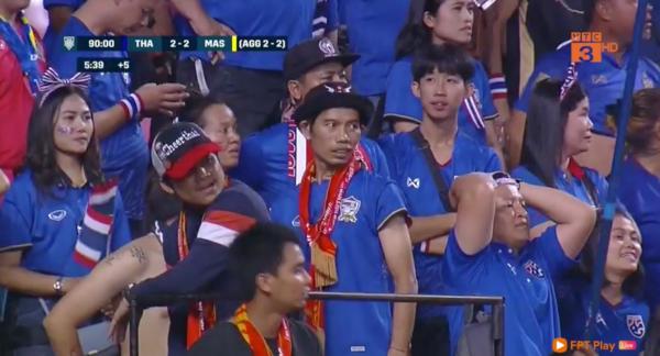 Nỗi buồn ngập tràn trên gương mặt CĐV Thái Lan khi để thuangay trên sân nhà.