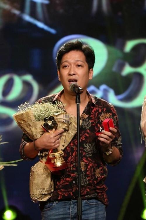 Trường Giang trên sân khấu nhận giải thưởng.