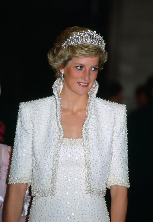 Công nương Kate khiến fan nín thở khi đội vương miện của Diana - 7