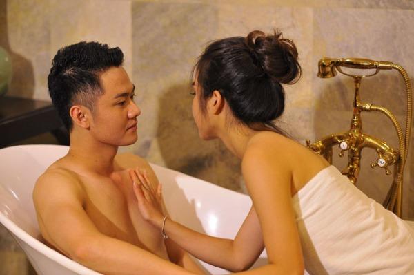 Cảnh ân ái của Thanh Cường và Phượng Vân trong bồn tắm.