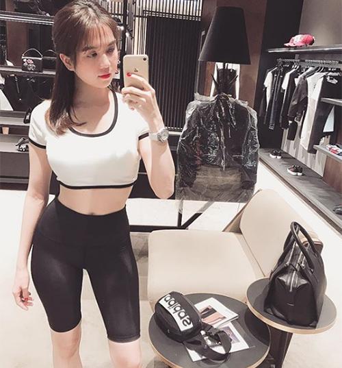 Ngọc Trinh khoe dáng chuẩn với đồ bó sát khi đi mua sắm.