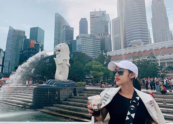Trang Cherry chụp hình bên biểu tượng nổi tiếng của Singapore.