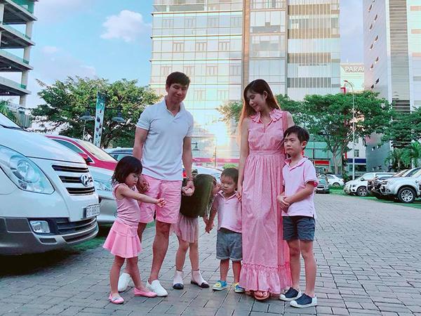 Cả gia đình Lý Hải - Minh Hà một khi đã ra phố là phải diện dress code chơi trội.