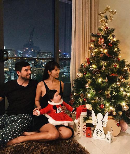 Con gái Hà Anh cực đáng yêu trong năm đầu đón Giáng sinh cùng bố mẹ.
