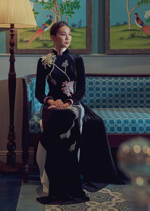 Thanh Hằng trông đầy quyền lực khi diện bộ áo dài nhung tối màu.